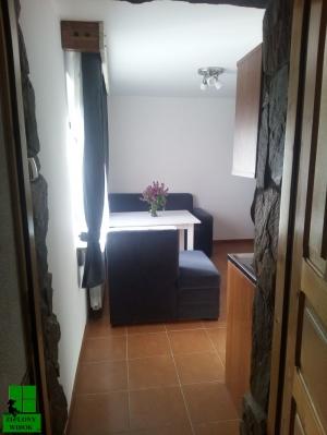 Pokój 1 - Wejście do pokoju z aneksem kuchennym